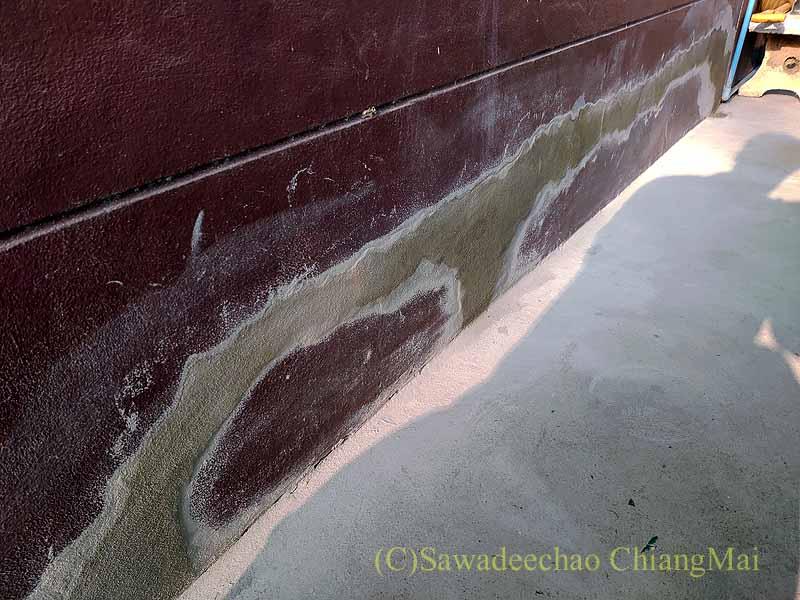 チェンマイの自宅のひび割れた基礎のセメント埋め