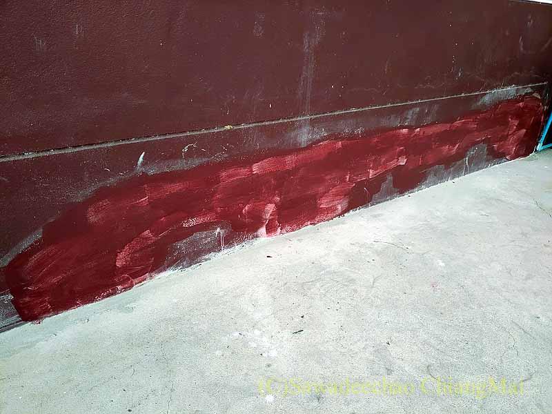 チェンマイの自宅のひび割れた基礎の1度目の色塗り