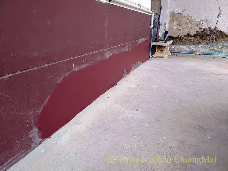 チェンマイの自宅のひび割れた基礎の2度目の色塗り