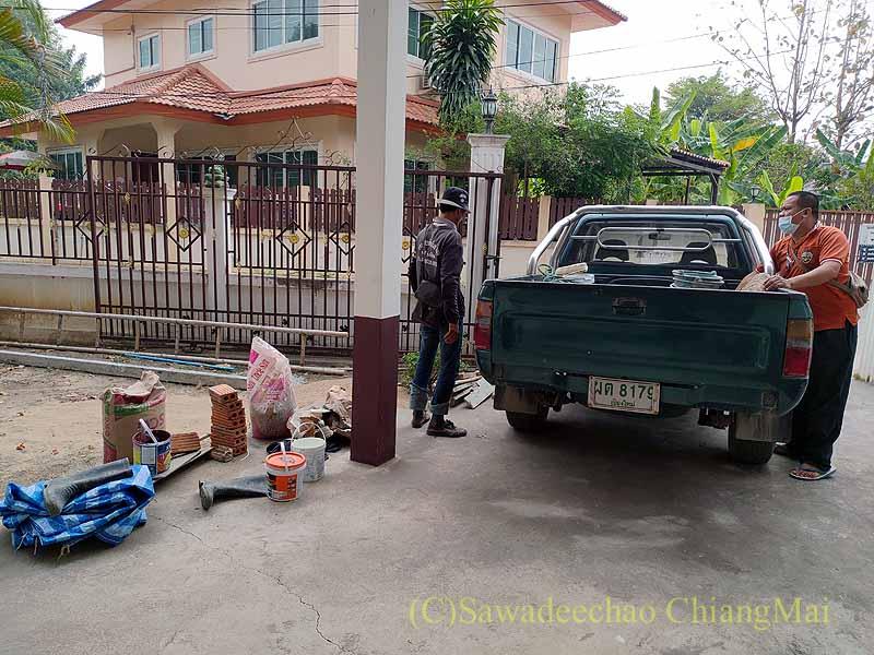 チェンマイの自宅の大規模修繕工事の資材搬入