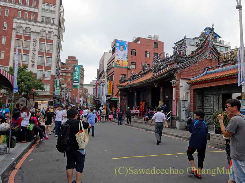 台湾の首都台北近郊にある街、淡水の駅前商店街