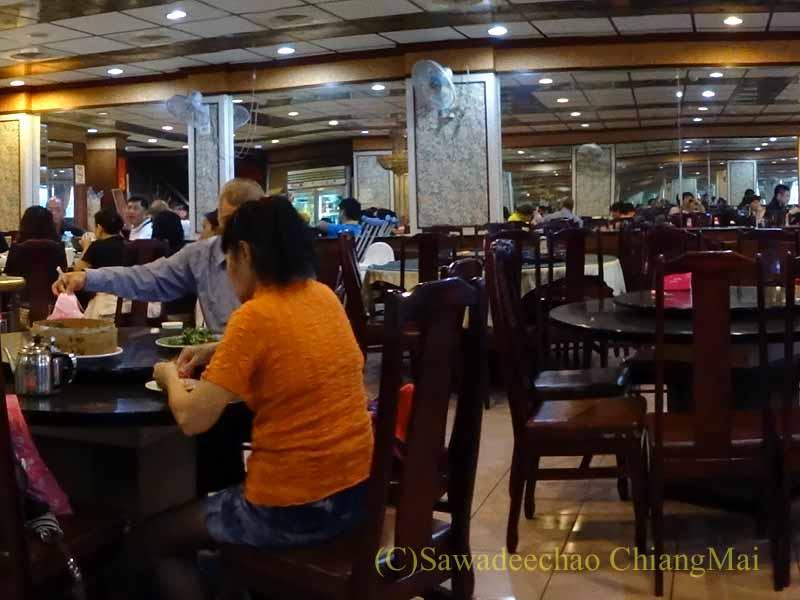 台湾の首都台北近郊の街、淡水の福来餐廳の客席
