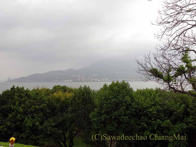 台湾の首都台北近郊の街、淡水の紅毛城から見た淡水河