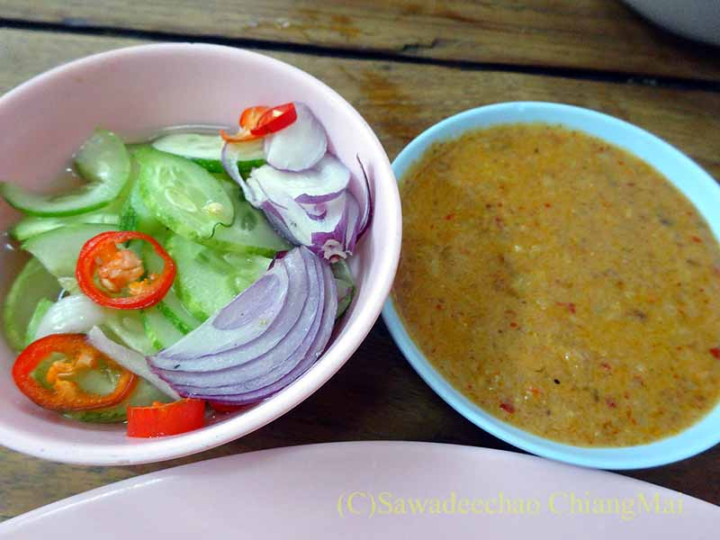 カムペーンペットの中華麺の店バミーチャーカンラーウのムーサテのタレ