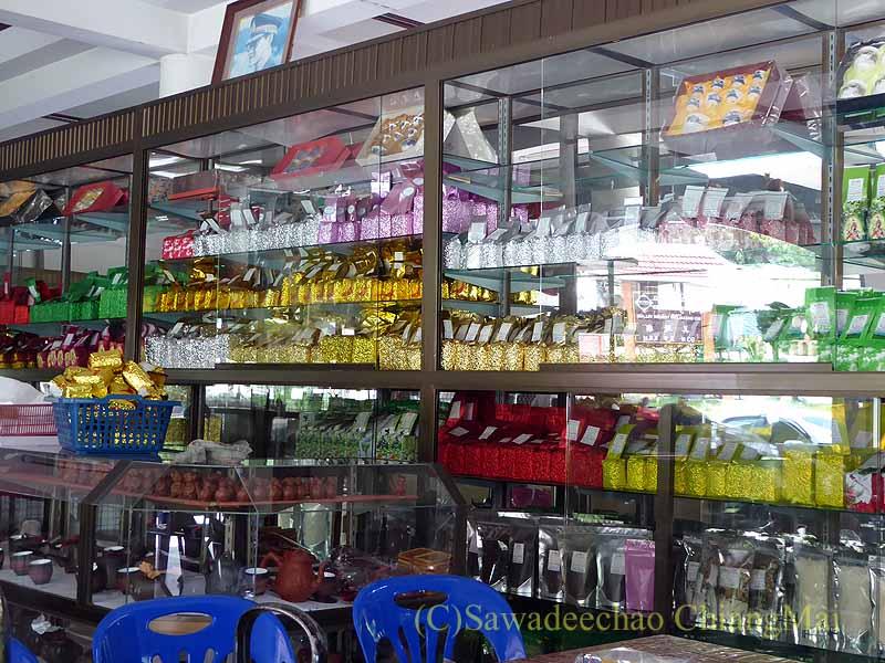 メーサローンの茶芸館、國琴商店のお茶の棚