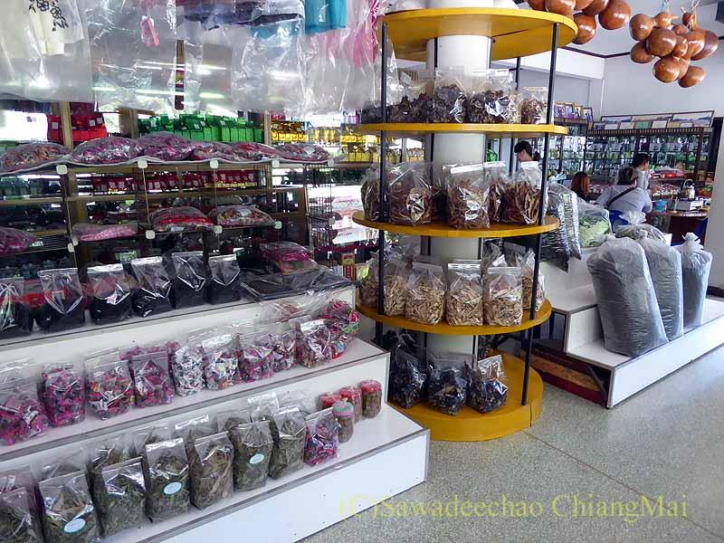 メーサローンの茶芸館、國琴商店の特産品のディスプレイ