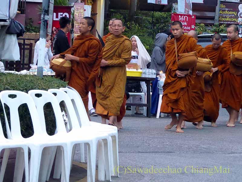 元旦朝のチェンマイの特別タムブン(徳積行)にやって来た僧侶