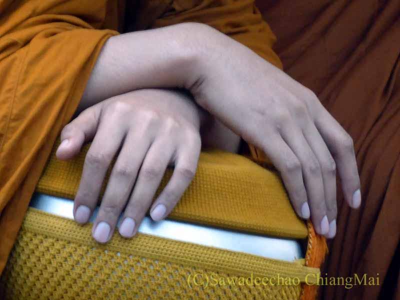 元旦朝のチェンマイの特別タムブン(徳積行)の僧侶の手