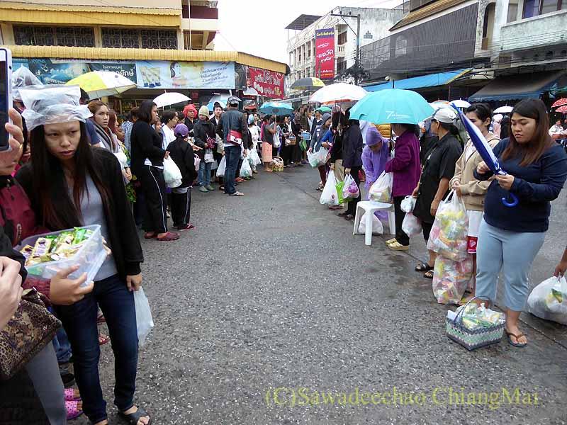 チェンマイの特別タムブンで僧侶の通り道を開ける人々