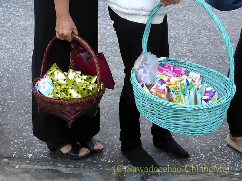 チェンマイの特別タムブンで人々が持つ供え物