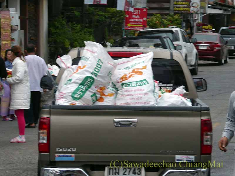 チェンマイの特別タムブンの供え物を運び出すピックアップトラック