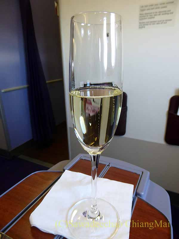 タイ国際航空TG641便のビジネスクラスで出たウエルカムドリンク