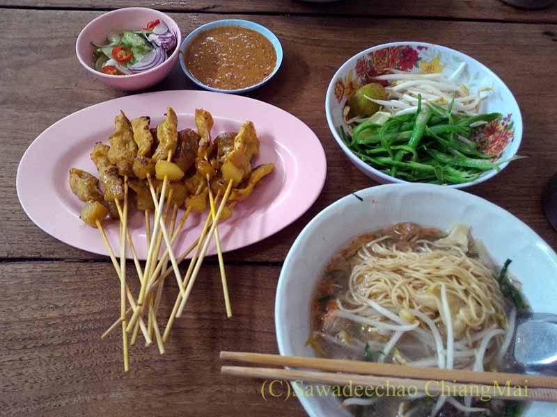 カムペーンペットの中華麺の店バミーチャーカンラーウの料理全景