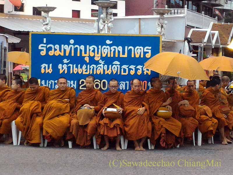 元旦朝のチェンマイの特別タムブン(徳積行)のイスに座る僧侶