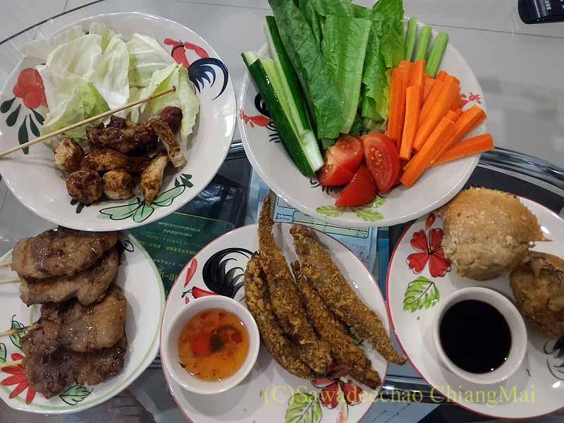チェンマイ郊外で開かれる定期市で買った食事全景