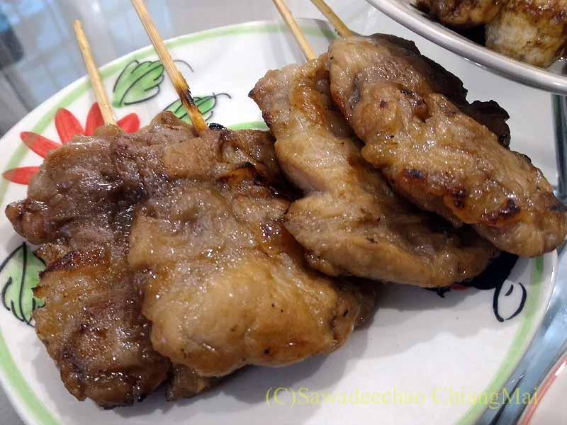 チェンマイ郊外で開かれる定期市で買った豚肉串焼き