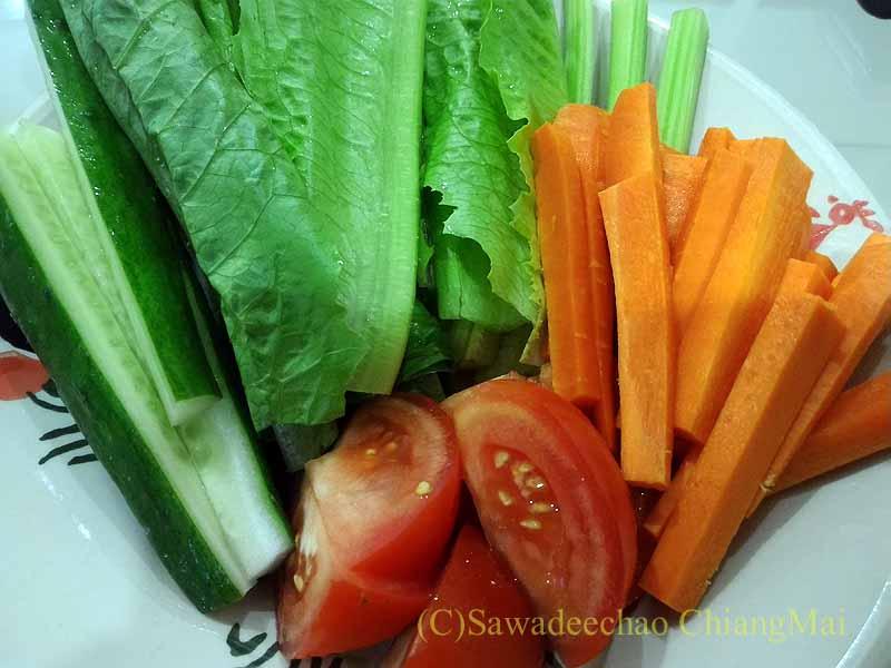 チェンマイ郊外で開かれる定期市で買った生野菜