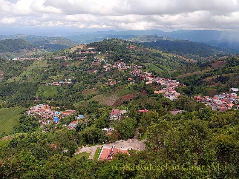 タイ最北部チェンラーイ県メーサローンの村と周囲の山々