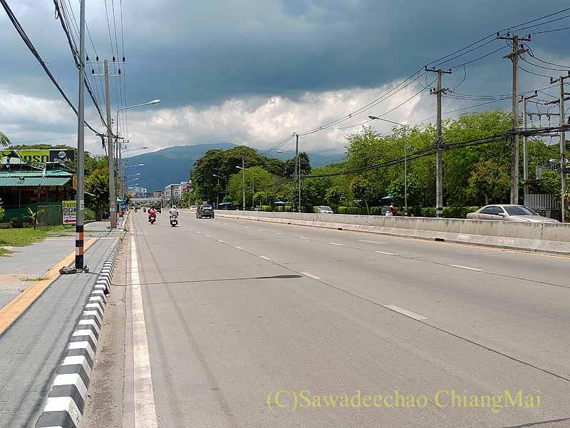 新型コロナ規制が強化されたチェンマイのマヒドン通り
