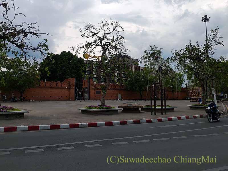 新型コロナ規制が強化されたチェンマイのターペー門前広場