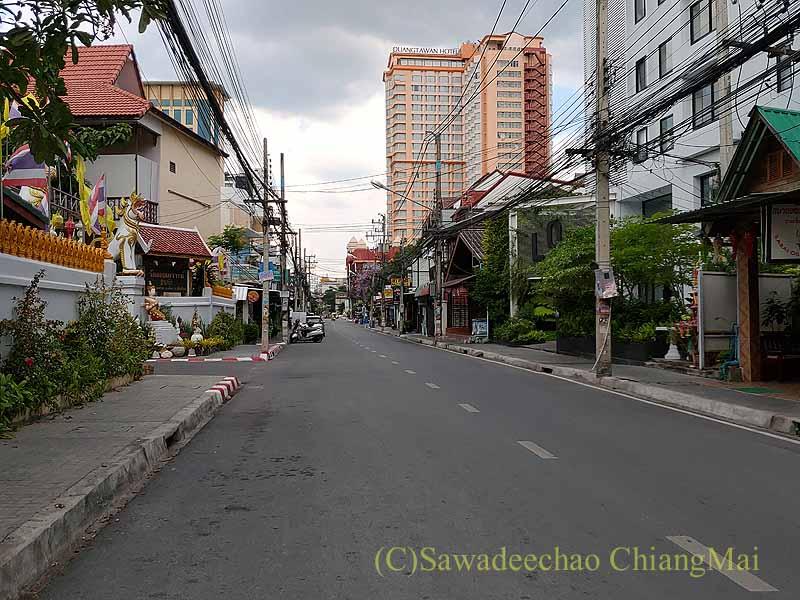 新型コロナ規制が強化されたチェンマイのローイクロ通り