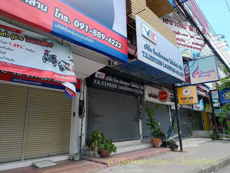 新型コロナ規制が強化されシャッターを閉ざしたチェンマイの商店街