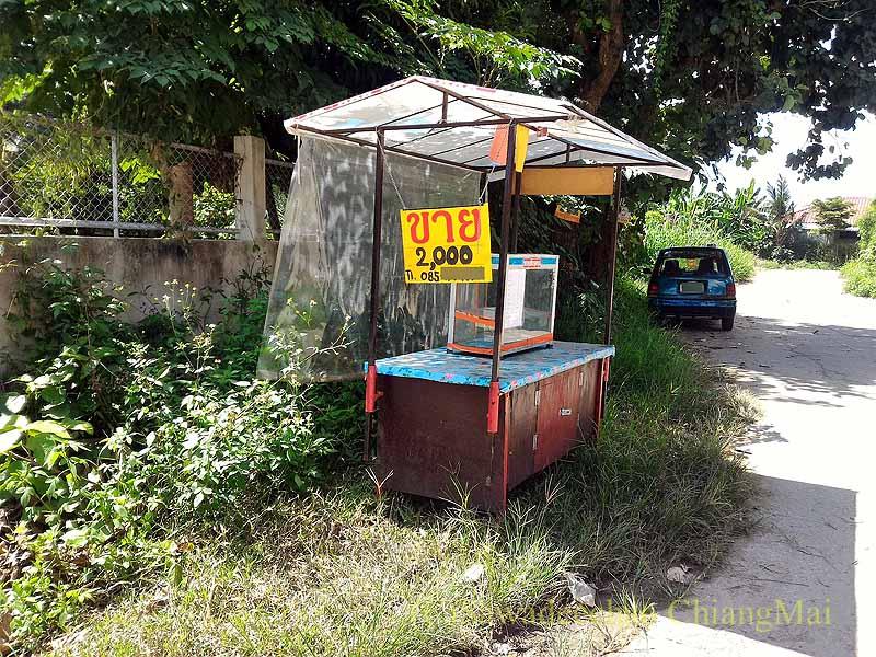 チェンマイ郊外の自宅脇の路地の草むらに置かれた屋台