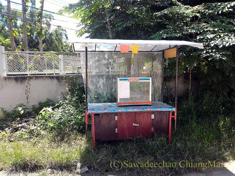 チェンマイ郊外の自宅脇の住宅街に通じる路地の屋台