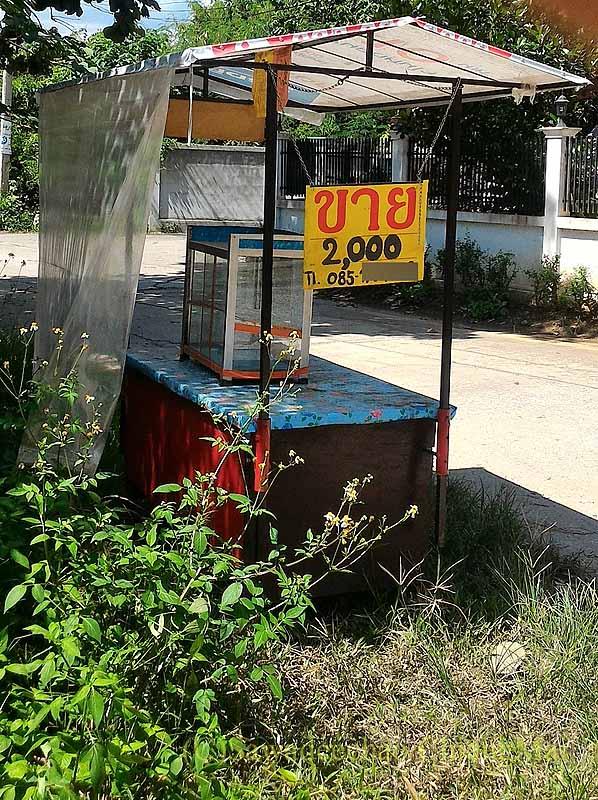 チェンマイ郊外の自宅脇の住宅街に通じる路地に置かれた売り屋台