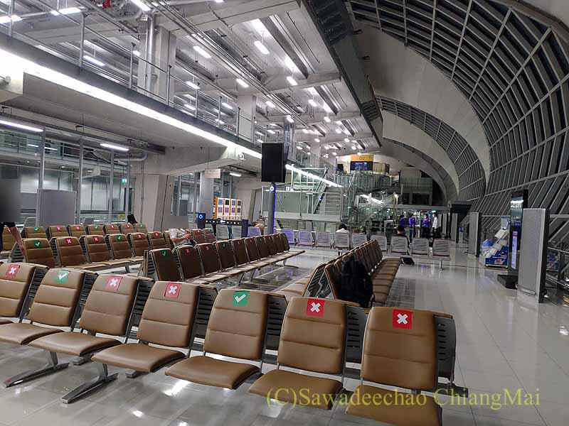 コロナ禍で乗客もまばらなスワンナプーム空港の成田行き搭乗ゲート