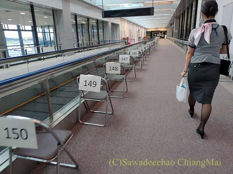 成田空港到着後に検疫エリアに向かって歩く