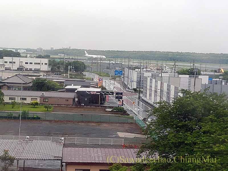 コロナ禍で日本帰国後、隔離される東横イン成田空港の客室からの眺め