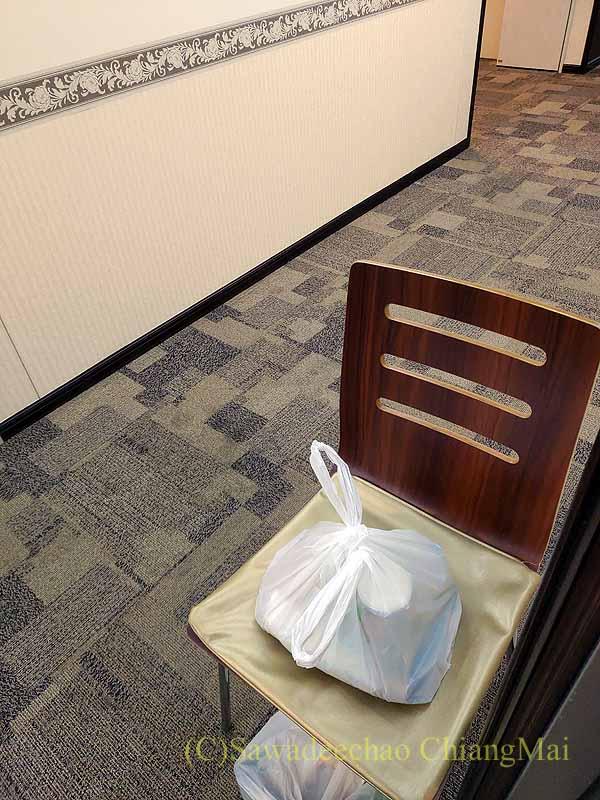 コロナ禍で日本帰国後、隔離される東横イン成田空港の食事の配膳