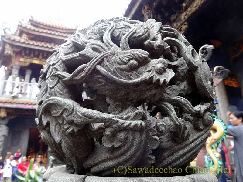 台北郊外にある三峡の清水祖師廟の堂の龍の石像