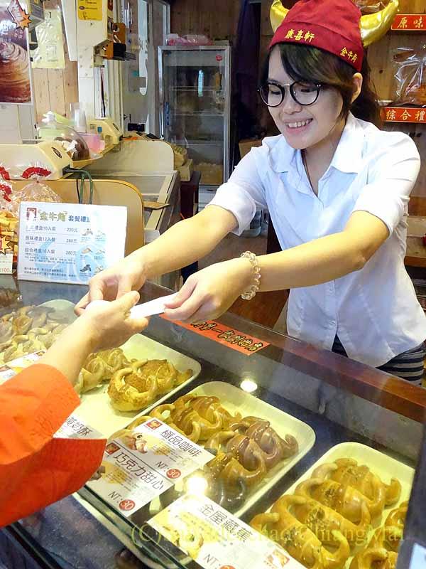 台北郊外にある三峡名物クロワッサンの店の店員