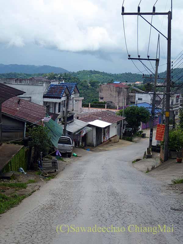 チェンラーイ県メーサローンの雲南麺餃館の前の坂道