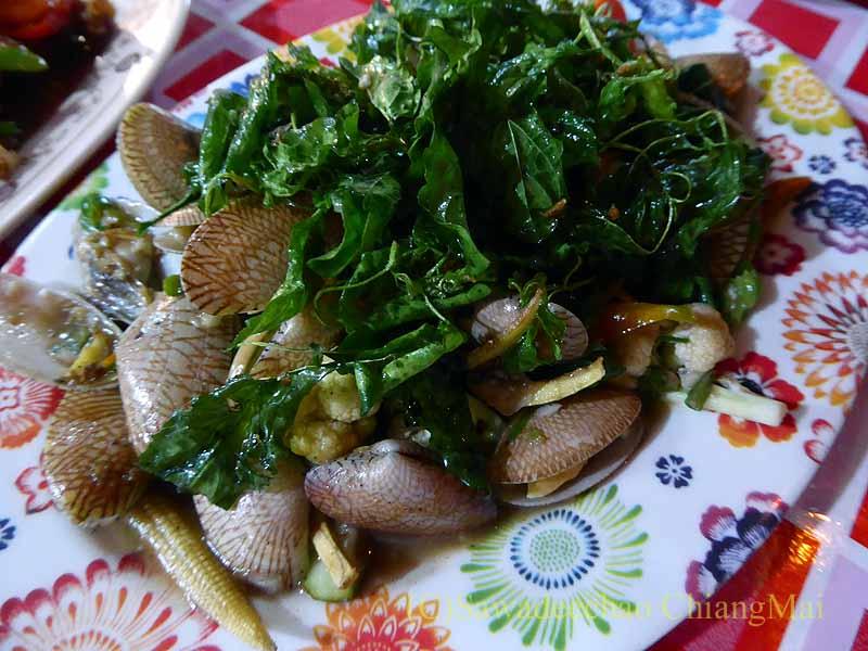 ピサヌロークにある食堂カーオトムルンチュワイのあさり炒め