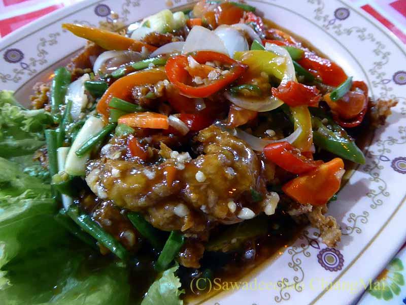 ピサヌロークにある食堂カーオトムルンチュワイの揚げ豚あんかけ