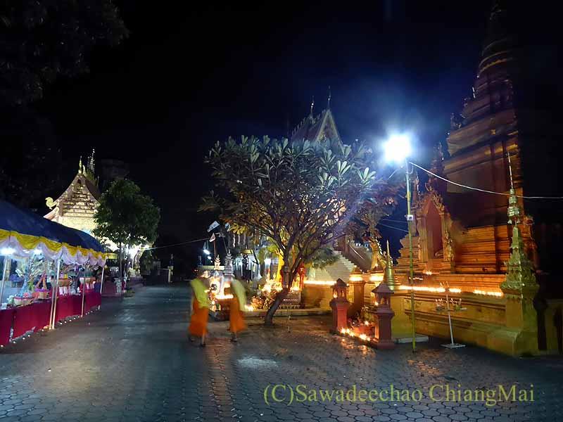 チェンマイ郊外の寺院のローイクラトン(灯篭流し)の飾りつけ