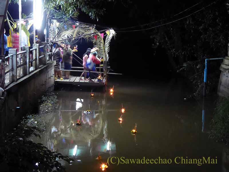 チェンマイ郊外の小川でのローイクラトン(灯篭流し)