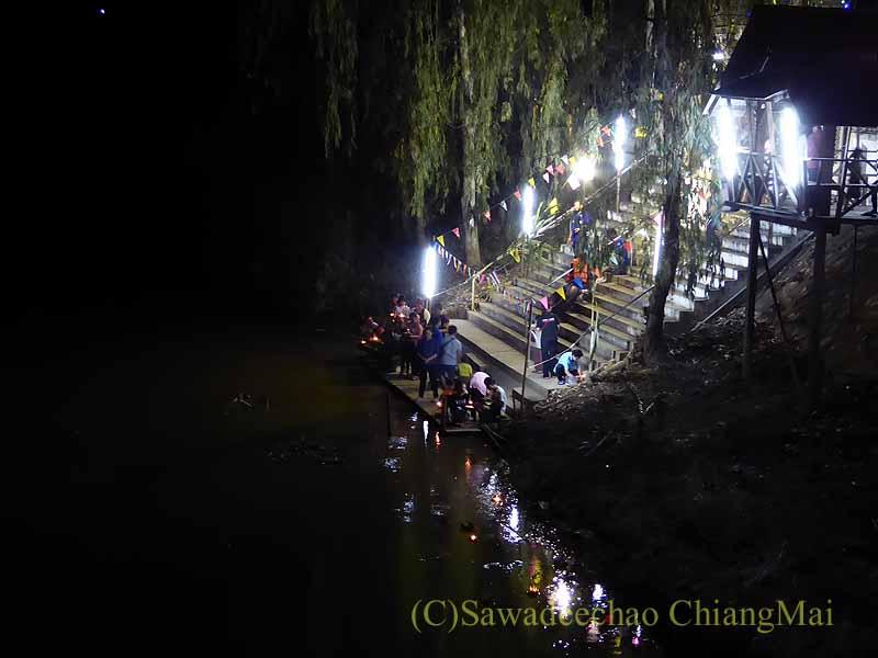 チェンマイ郊外のピン川の橋の上から見たローイクラトン(灯篭流し)