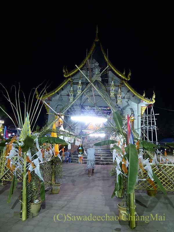 チェンマイ郊外のピン川沿いに建つ寺院の本堂