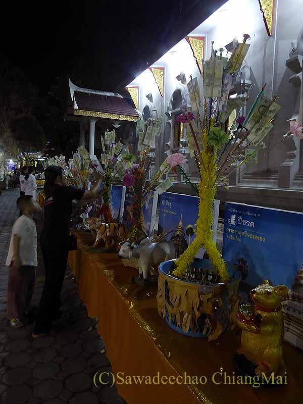 チェンマイ郊外の寺院の灯篭流しの日の干支の動物像
