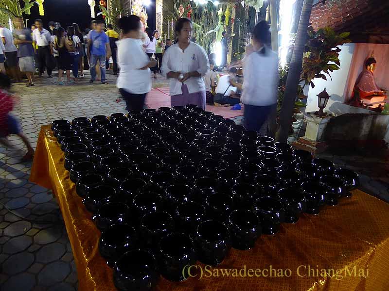 チェンマイ郊外の寺院の灯篭流しの日の喜捨入れの鉢