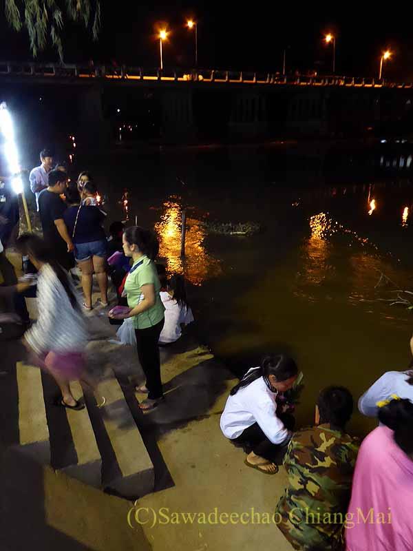 チェンマイ郊外のピン川沿いに建つ寺院の灯篭流し場所