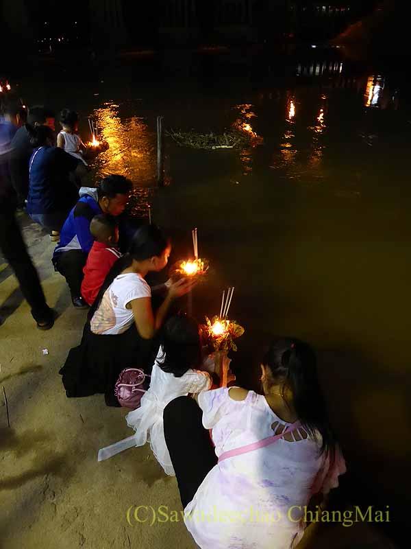 チェンマイ郊外のピン川沿いに建つ寺院での灯篭流し