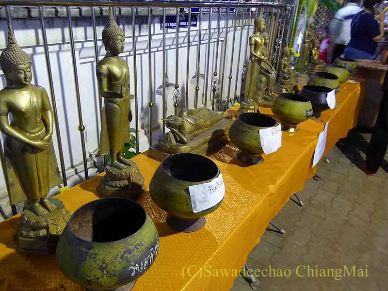 チェンマイ郊外の寺院の灯篭流しの日の仏像