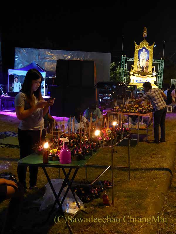 チェンマイ郊外の寺院のクラトン(灯篭)売り