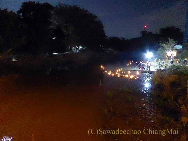 チェンマイ郊外の運河でのローイクラトン(灯篭流し)