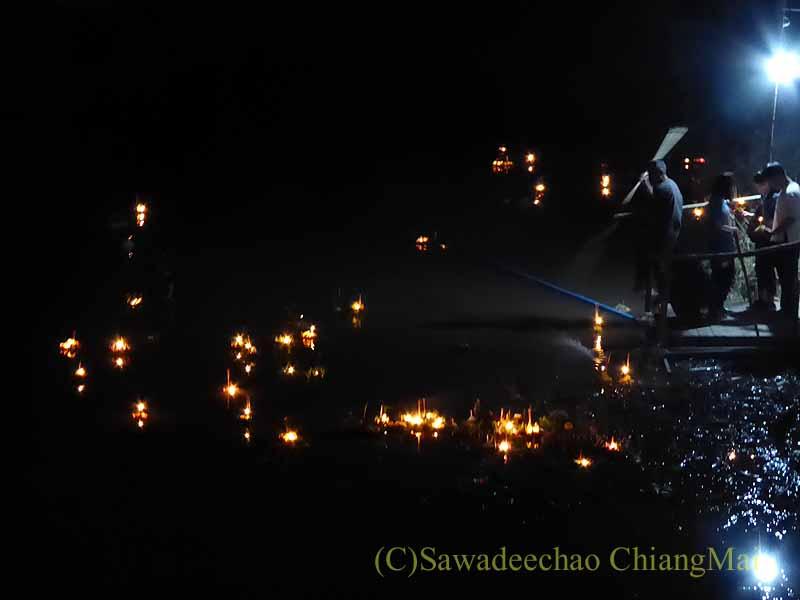 チェンマイ郊外の運河でのローイクラトン(灯篭流し)のおじさん